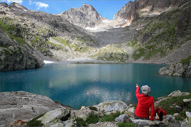 devojka pokraj ezero